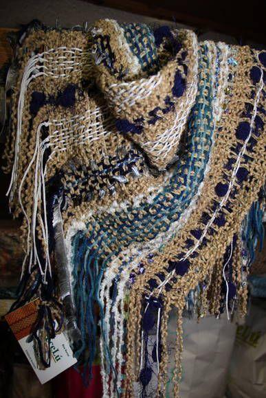 Maravilhosa esta peça. Trata-se de um lenço de pescoço, estilo marroquino, todo tecido em tear manual, com buclê, em tons de crú e areia, lã mescla azul claro e escuro, seda chinesa, fio pompom azul escuro, nylon e ainda uma fita de algodão na cor crú. Ficou linda esta combinação da Lú. R$ 70,00