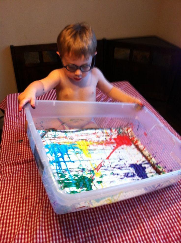 Verven in een doos zonder vuil te worden .Je legt een tekening in de doos (karton of plastic)en steekt knikkers en verf in de doos. Zodat het kind hiermee kan rollen door de doos op te heffen en heen en weer te bewegen ,en de tekening beschilderd wordt.