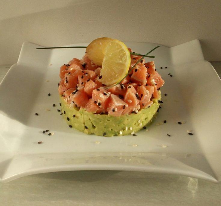 Ce Tartare de saumon est juste à tomber. Il est succulent avec la douceur de l'avocat et l'acidité du citron sur le saumon, un vrai régal.