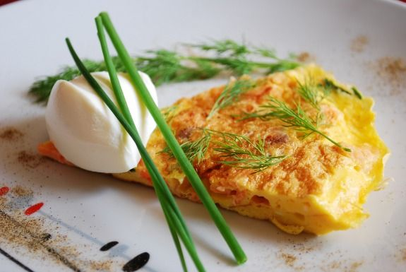 frittata con salmone affumicato, formaggio fresco ed erbe aromatiche