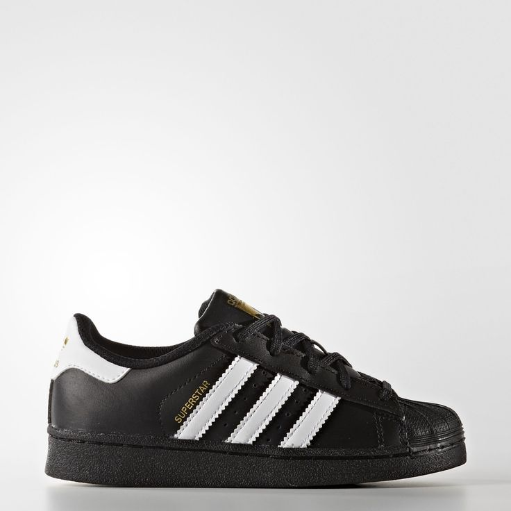 These kids& adidas Superstar shoes are made in leather with the famous  shell toe and rubber cupsole.