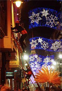 El desfile de la Cabalgata incorpora músicos, antorcheros, pastorcillos y unos pajes que suben por largas escaleras para acceder a los balcones de las casas y entregar los regalos a los niños. #Alcoy #Alcoi #Navidad