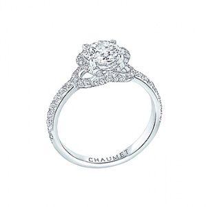 """CHAUMET(ショーメ)の婚約指輪、リアン・ドゥ・ショーメのご紹介です。フランス語で""""絆""""を意味する言葉。ショーメのアイコンともいうべきクロスモチーフが特徴的なデザインは、ふたりの愛の絆をより一層、強く結びつける。新作エンゲージメントリングは、プラチナ製のアームからダイヤモンドをあしらったクロスモチーフがセンターのダイヤモンドを優しく包み込む。フランスで古くから愛されてきたクロスモチーフを現代風にアレンジし、気品漂う洗練されたデザイン。【ゼクシィ】なら、CHAUMET(ショーメ)のエンゲージメントリングも多数掲載中。"""