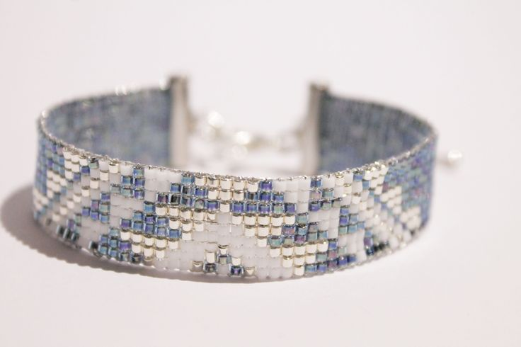 Bracelet tissé à la main en perles de verre miyuki. Couleur bleu jean blanc et argent