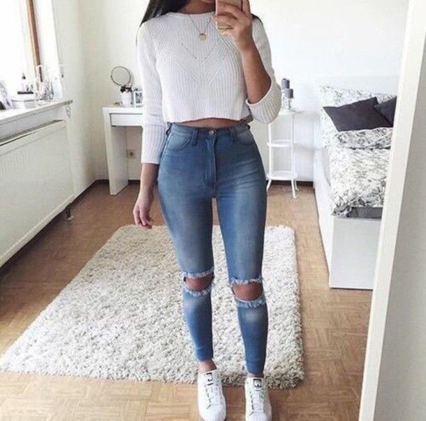 Wheretoget - White cropped sweater, blue high-waisted cut-out jeans, white sneakers and gold pendant necklace