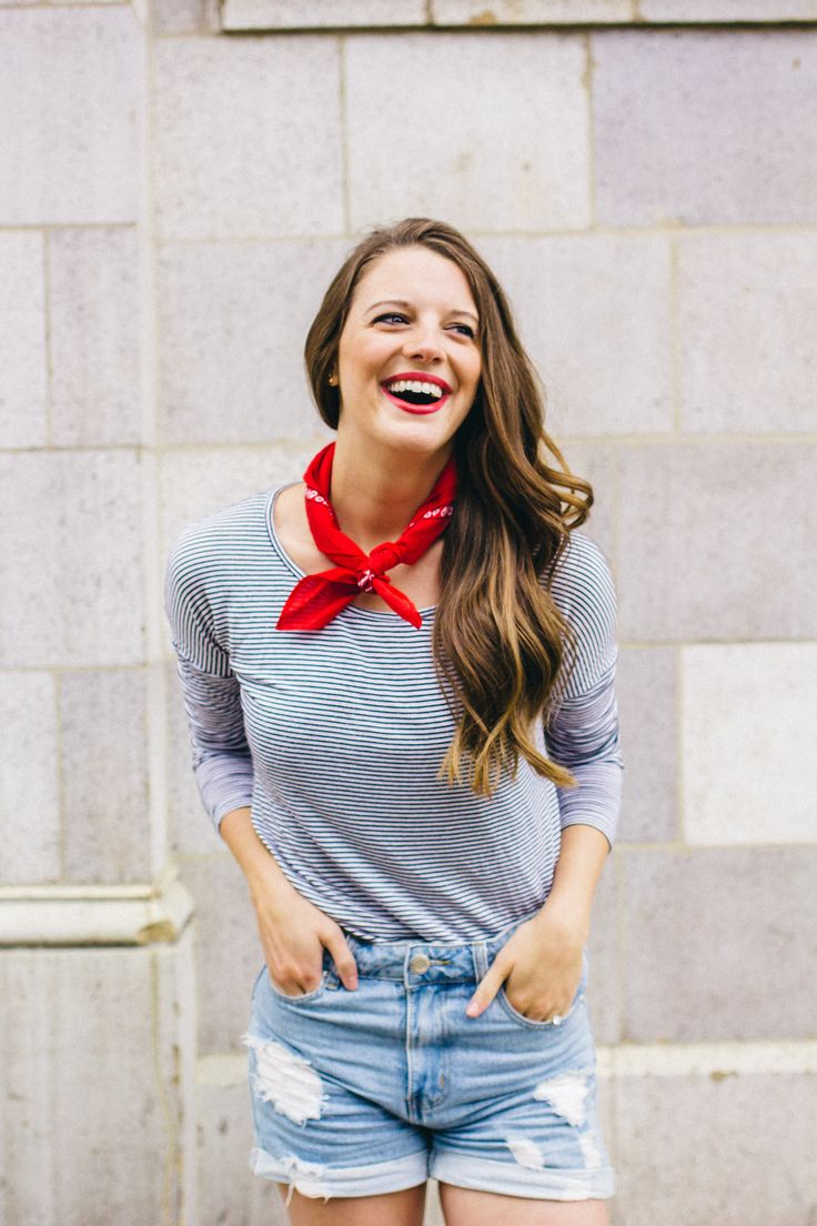 How to tie a bandana? It's easier than you think–here's how to tie a tres-chic bandana like a french girl in just 3 steps!
