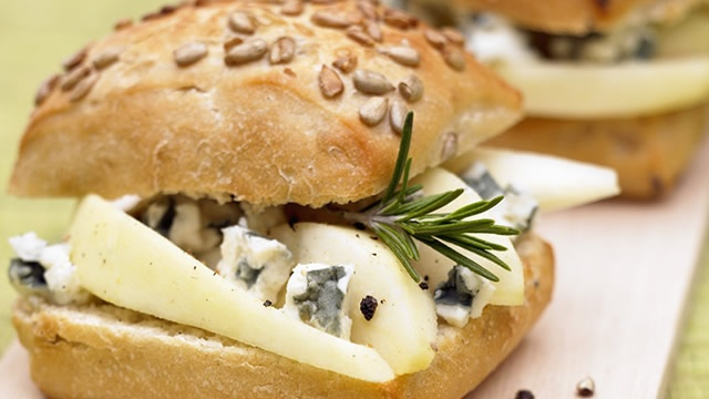 Sandwich poire roquefort _ http://www.cuisineaz.com/dossiers/cuisine/plats-vegetariens-noel-14323.aspx
