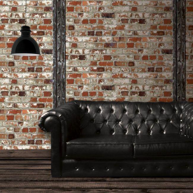 backstein-tapete-wandgestaltung-chesterfield-sofa-kapitoniert-schwarz-holzboden-vintage