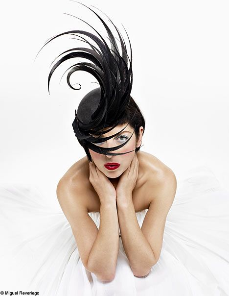 Isabella Blow in a Philip Treacy masterpiece!: Alexander Mcqueen, Treacy Hats, Isabella Blowing, Hair Pieces, Mad Hatters, Style Icons, Philip Treacy, Fashion Hats, Black Feathers