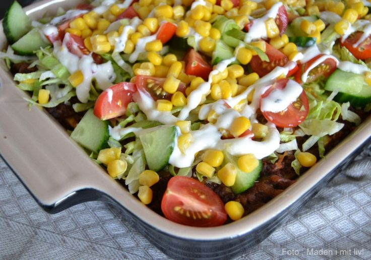 Prøv at skifte den klassiske lasagne ud med en mexicansk lasagne, hvor pastapladerne er byttet ud med tortillaer og saucen har fået et twist og lidt chili.