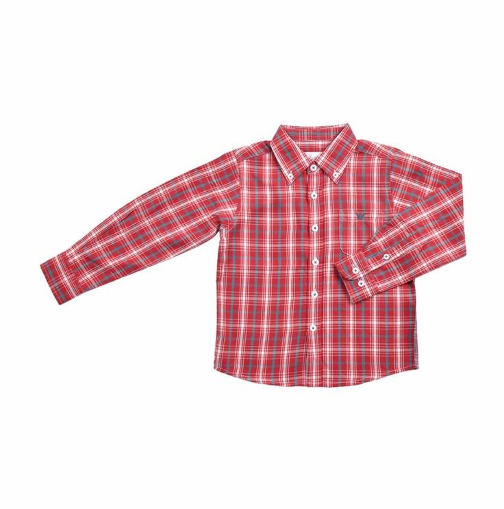 Camisa de cuadros para niño, rojos verdes y blanco. Un bolsillo al frente del lado izquierdo, con la coronita de EPK bordada en verde.
