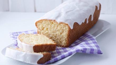 Ein saftiger Zitronenkuchen für die Kastenform mit frischem Zitronensaft und Zitronenabrieb. Mit diesem Backrezept werden Kuchen und Guss köstlich zitronig.