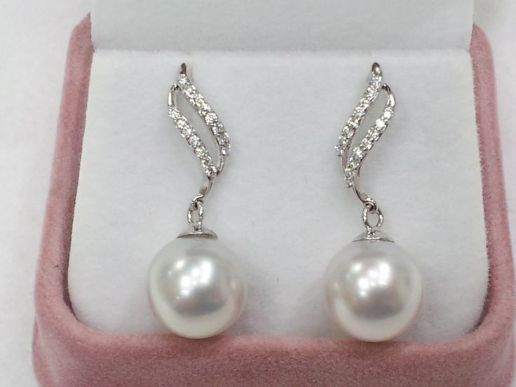 Product Details Grade: AAA Size: 11mm Shape: Perfect Round Colour: White Material: 18K stud with 0.21ct VS Diamond.   Final Price: HK$5,500/.pair Retail Price: HK$8,000 - $10,500/pair or more.  https://www.facebook.com/Pearls-for-Princess-jewellery-362520173931920/  http://pearlforprincess.com/