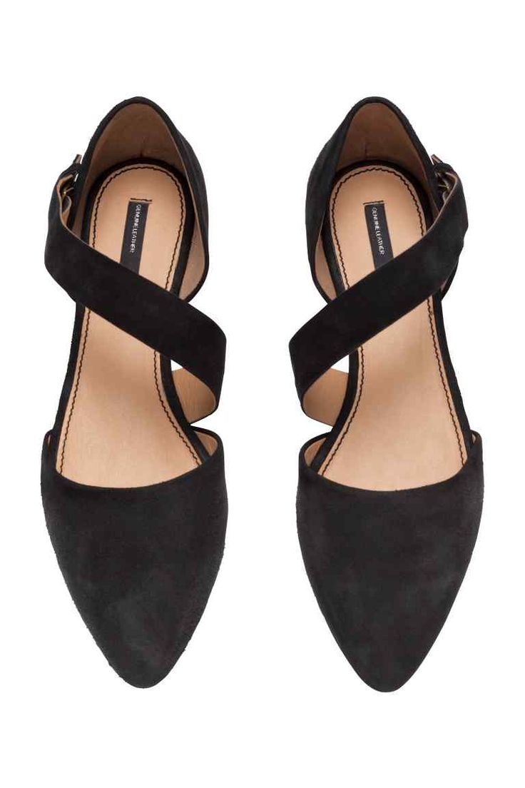 Suede sandals: PREMIUM QUALITY. Sandals in suede with pointed toes that are open in the middle with a strap across the foot that fastens with a concealed metal buckle on the outside, leather linings and insoles, and rubber soles.