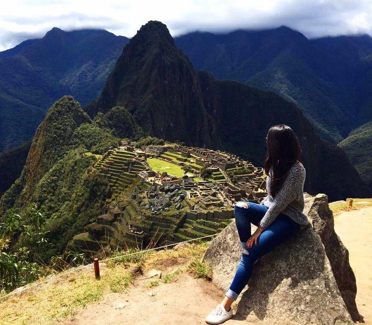 """Machu Picchu (em quíchua Machu Pikchu """"velha montanha"""") também chamada """"cidade perdida dos Incas"""" está localizada à 2.400 metros de altitude no vale do rio Urubamba no Peru.  Foi construída no século XV sob as ordens de Pachacuti. O local é provavelmente o símbolo mais típico do Império Inca.  É Património mundial da UNESCO tendo sido alvo de preocupações devido à interação com o turismo por ser um dos pontos históricos mais visitados do Peru.  A @marinamourao esteve lá curtindo o visual é…"""