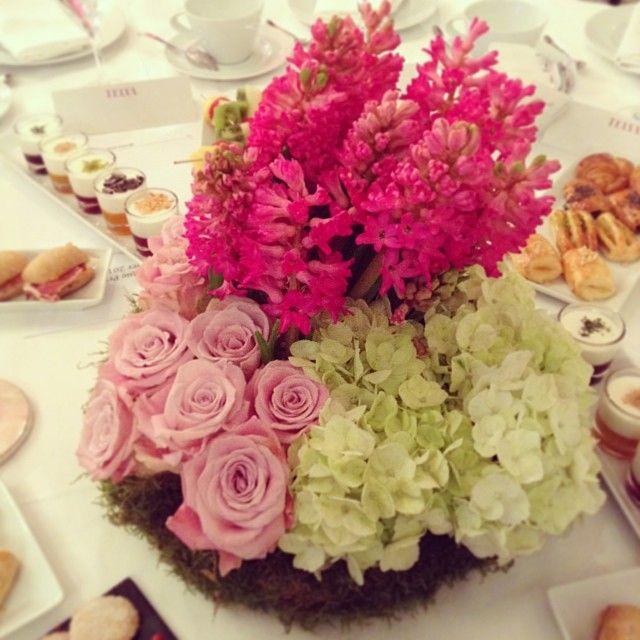 Decoración floral en los premios T de Belleza Telva - Centro de flores compuesto por rosas, hortensias y jacintos | Bourguignon Floristas