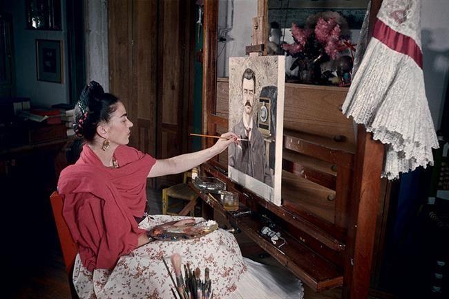 6 Temmuz 1907'de Mexico City'de dünyaya gelenFrida Kahlo'nun bugün 110'nuncu yaş günü. Sadece 47 yıl yaşasa da geride bir çok miras bıraktı. Çeşitli zamanlarda çekilmiş fotoğraflarla günümüzde sanatın güçlü kadın simgesi olan Frida Kahlo'yu yeniden hatırlayım dedik. #1 1907 yılındaMexico City'de dünyaya gelenFrida Kahlo6 Temmuz 1907 günü doğmuş olmasına rağmen kendisi doğum tarihiniMeksika Devriminin gerçekleştiği 7 Temmuz 1910 günü olarak ilan etmiştir. #2 Resim ve kadın...