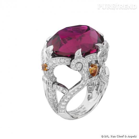 Bague Zenaïde       Rubellite ovale de 39,93 cts, grenats mandarins et diamants.
