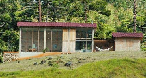 A estrutura do telhado faz uso das tesouras metálicas do galpão original. T...