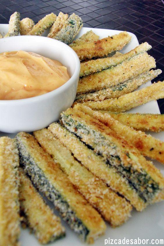 Deliciosas papitas de zucchini o calabacita horneados con una salsa de mayonesa picante (con salsa sriracha). Adictivos y deliciosos.