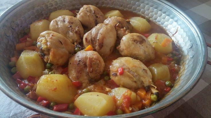 El Pollo a la Jardinera és una receta muy tradicional , un plato que  todos hemos cocinado en casa. Una receta muy fácil y rápida de preparar que juega con unos colores muy llamativos y divertidos! Su mejor acompañante puede ser un arroz o unas patatas, o incluso un cous-cous o una ensalada de quinoa.