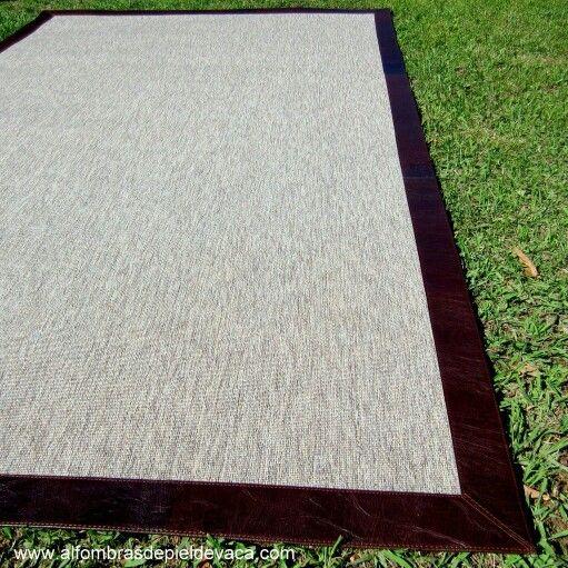 Alfombra confeccionadas a medida de sisal stone con borde en cuero chocolate.