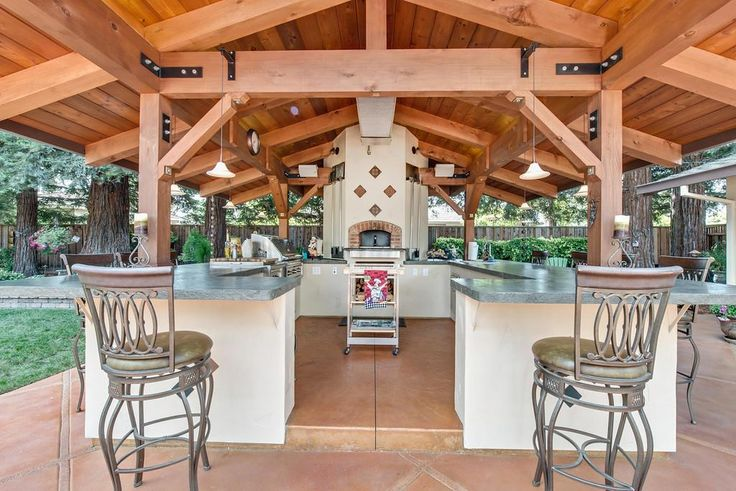 Pizza oven, huge covered kitchen