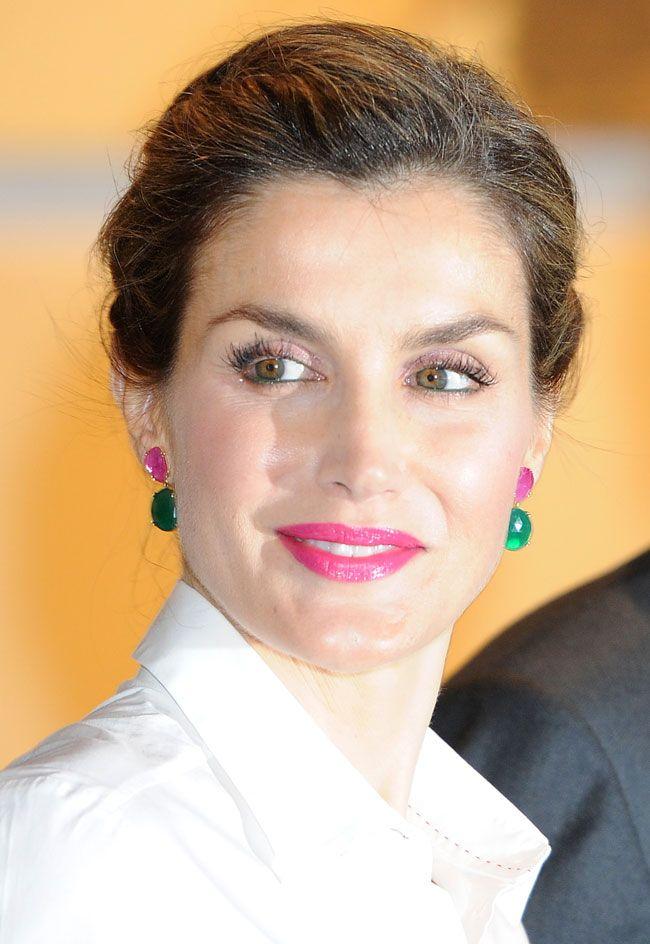 Doña Letizia con pendientes en oro amarillo de 18 kt, rubí y crisoprasa
