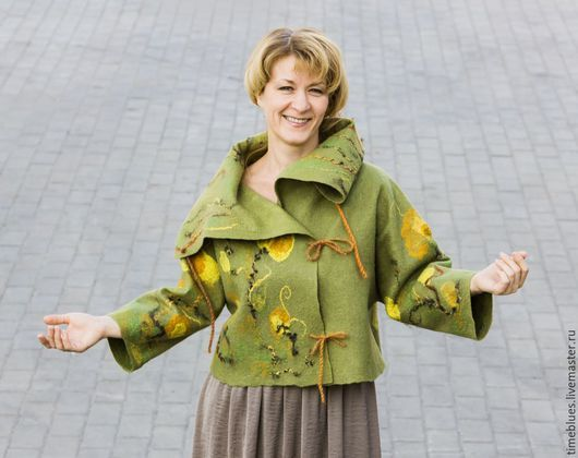 Куртка в технике войлок цвета оливы. Расписанная желтыми шелковыми цветами. Теплая, легкая с рукавами 7/8 и шерстяными шнурами. Уютно закутаться в высокий воротник и добавить теплые аксессуары для про