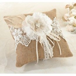 Un portaalianzas para bodas vintage, bodas rústicas o bodas al aire libre. Disponible en : http://www.mibodabonita.es/es/product/cojin-de-rafia-rustico