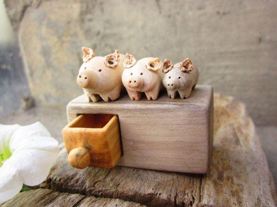 Sculpture du bois commode miniature avec des porcs faite à par plad