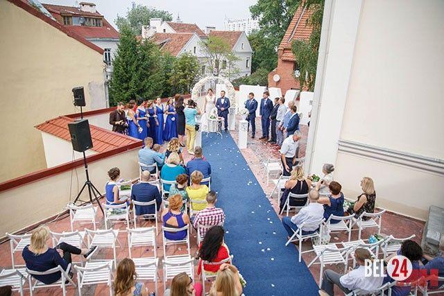 Добро и голуби: в Минске отпраздновали первую благотворительную свадьбу.              Необычное торжество стало основой проекта «Галерея добрых сердец». Переполненные чувствами молодожены, лепестки роз, клятва верности, белые голуби, слезы радости и поздравления –