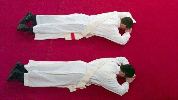 Priesteranwärter liegen während ihrer Weihe als Zeichen der Demut bäuchlings. In Zukunft könnten auch verheiratete Männer dazugehören.