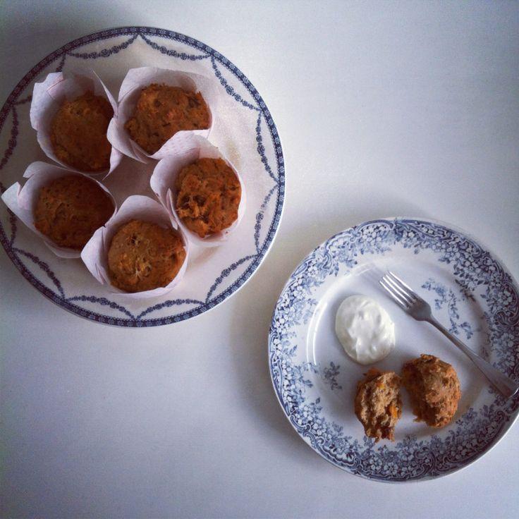 Foto 1 banaan zoete aardappel muffins Recept voor negen muffins:  2 kleine bananen (200 gram) 100 zoete aardappel 10 ontpitte dadels 1 ei 140 gram speltmeel 1 eetlepel bakpoeder 1 eetlepel vanille-extract 1 eetlepel lijnzaadolie 2 eetlepels yoghurt 2 eetlepels sinaasappelsap  Verwarm de oven voor 0p 175 graden (hetelucht) en zet papieren vormpjes in een muffinvorm. Prik de schil van de zoete aardappel in met een vork. Leg de zoete aardappel vier minuten in de magnetron op de hoogste stand…