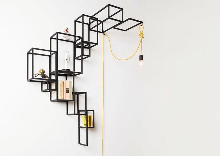 Bibliothèque / Etagère murale graphique Jointed Wall du designer Filip Janssens qui livre un exercice habile autour du plein et du vide