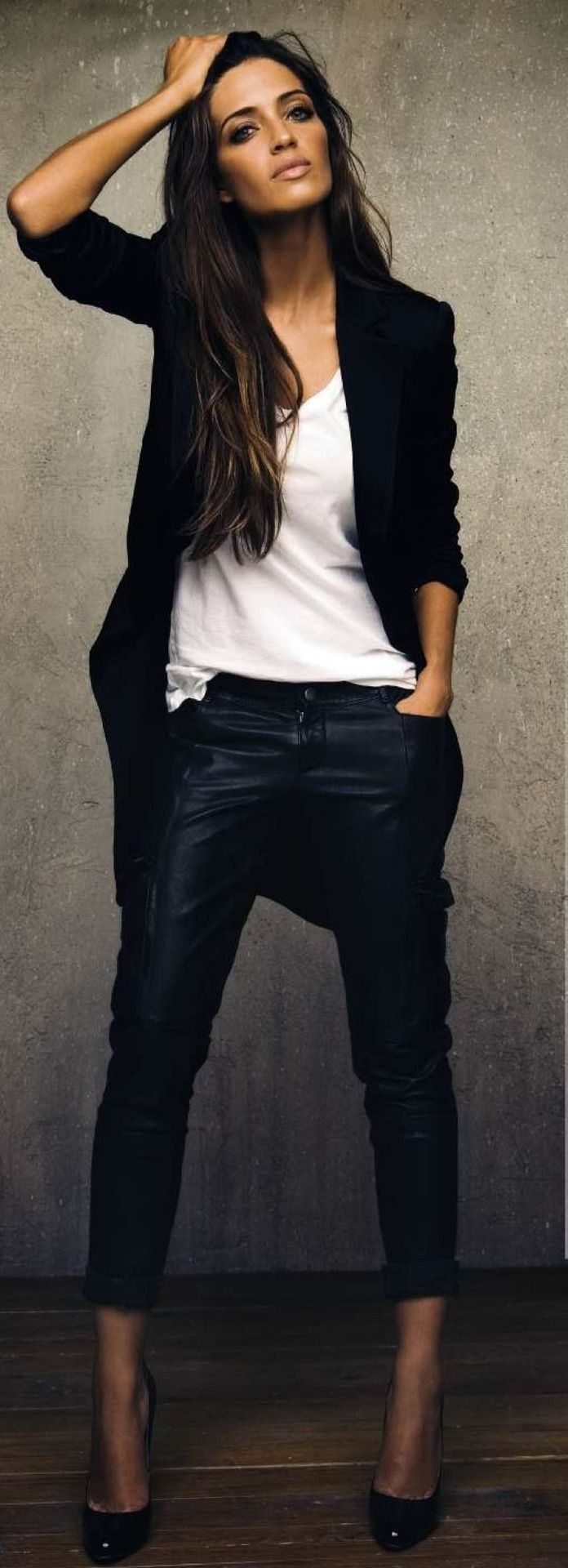 Den Look kaufen: https://lookastic.de/damenmode/wie-kombinieren/mantel-schwarzer-t-shirt-mit-rundhalsausschnitt-weisses-enge-hose-schwarze-pumps-schwarze/4395 — Schwarzer Mantel — Weißes T-Shirt mit Rundhalsausschnitt — Schwarze Enge Hose aus Leder — Schwarze Leder Pumps