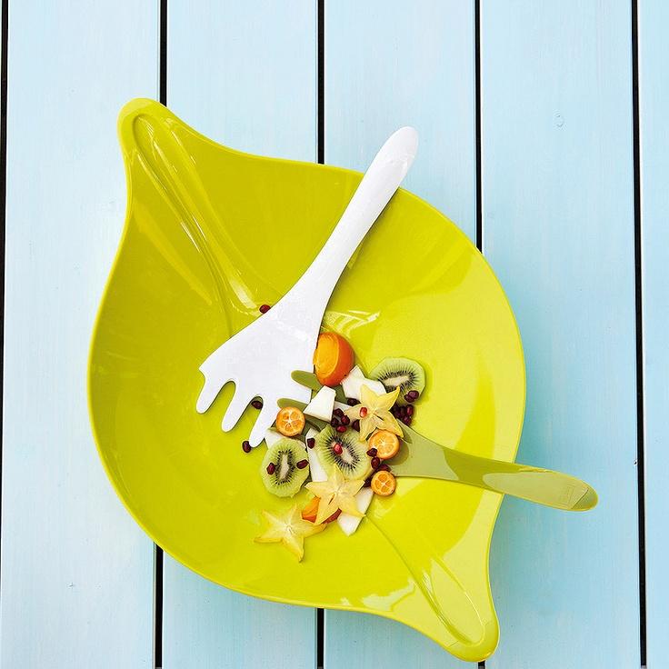 Użyteczna miska z dwiema łyżkami do sałaty niemieckiej marki Koziol. Produkt został wykonany z wysokiej jakości twardego i błyszczącego tworzywa sztucznego. Miska posiada specjalne wgłębienia, w których umieszczone są łyżki do wykładania sałatki. Produkt dostępny jest w 3 wersjach kolorystycznych.