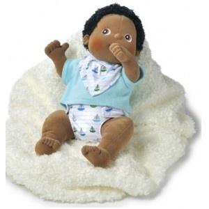 Baby Nils weegt 700 gram en is 45 cm lang. Zijn lijfje is zo realistisch mogelijk gemaakt. Dus bijv. met een navel en een plassertje. Natuurlijk kan Max ook op zijn duim zuigen.     Nils is klein en ontzettend lief. Hij houdt van knuffelen en is een heel leuk vriendje om mee te spelen! Wie weet is Nils ook wel het perfecte vriendje om mee te spelen voor jou!     Nils kan zijn kleertjes uit en de pop kan samen met zijn kleertjes gewoon in de wasmachine.