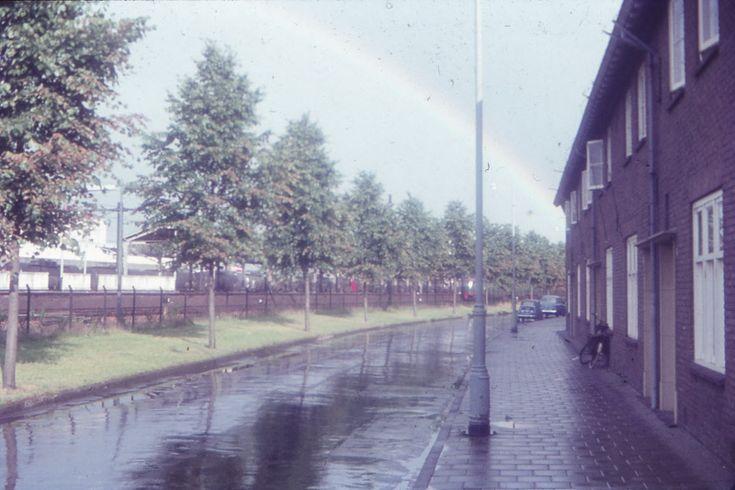 Almelo, Parallelweg, van rechts naar links de nummers 152 t/m 142, komend vanaf de Treubstraat, richting achterzijde Station Almelo.