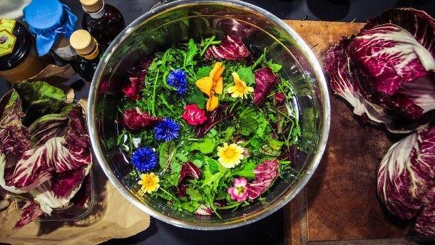 Salat passt immer – besonders im Sommer. Sternekoch Frank Buchholz zeigt, wie Sie ihn schnell zubereiten und welche zwei Dressings unentbehrlich sind.