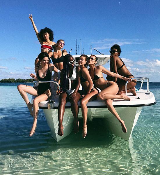 La modelo y sus mejores amigas han viajado a las Bahamas y su estancia playera no ha dejado indiferente