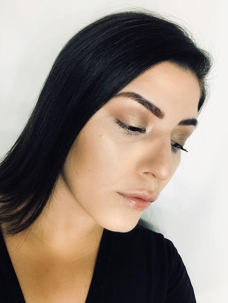 """""""¡Hello, amigos! En el blog de esta semana vengo a compartir mi rutina de maquillaje natural actualizada"""", expresó Ale Sciacca de Wi Wi Makeup al tiempo de destacar: """"Admito, me inspiré muchísimo en los looks de Kim Kardashian, ya que ella siempre lleva smokey eyes en tonos marrones, y me parecen ideales para darles uso en el día a día"""". ¡Adelante!"""