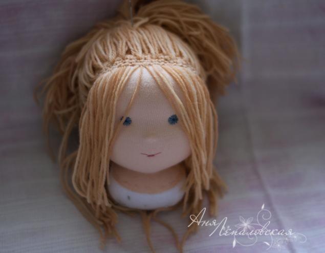 Привет всем! Хочу поделится с вами одним способом, как можно сделать прическу вальдорфскому мальчику, волосы можно свободно расчесывать, лежать они будут хорошо и выглядеть аккуратно. Этот способ комбинация вшито-вышитых волос и волос на паричке, но главное в нём то, что узелки, которые раздражают многих при выполнении прически на паричке, будут спрятаны. Я не претендую на авто…