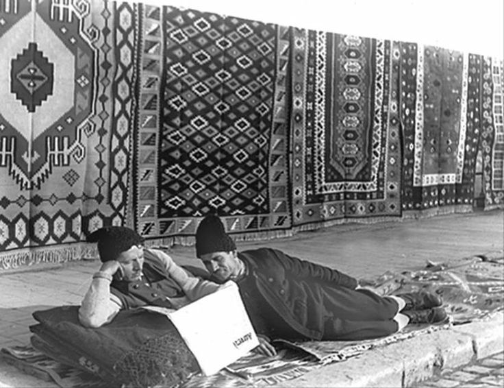 Peasants selling traditional rugs (reading the newspaper also :)), old photo, Țărani cu covoare de vânzare