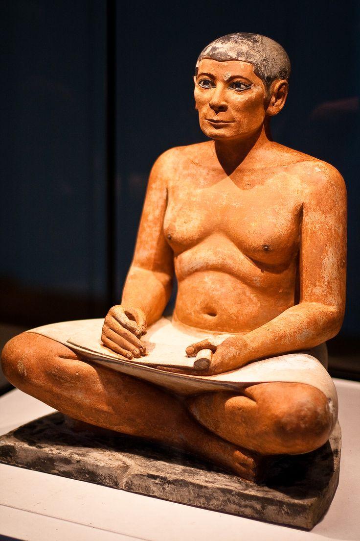 Scriba seduto; 2600 - 2350 a.C. - Antico Regno; calcare scolpito a tutto tondo e dipinto; Parigi, Museo del Louvre