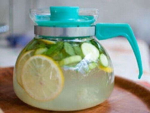 Gember en citroen hebben eigenschappen die vet en afvalstoffen uit het lichaam verwijderen en vormen een krachtige mix om gewichtsverlies te ondersteunen.