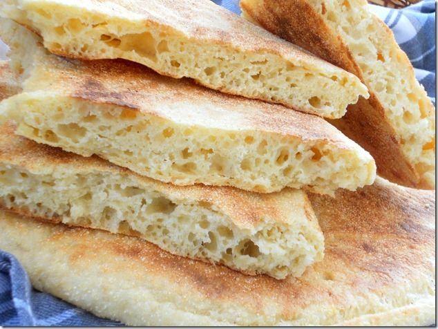 le matlouh, un pain algérien à la semoule fine appelé aussi khobz tajine خبز الطاجين parce que c'est un pain traditionnel qui cuit dans un tajine en terre c