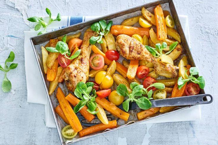 8 oktober 2017 - Drumsticks en aardappelen in de bonus - Kruidige drumsticks met aardappeltjes en groenten uit de oven: mogen we al aan tafel? - Recept - Allerhande