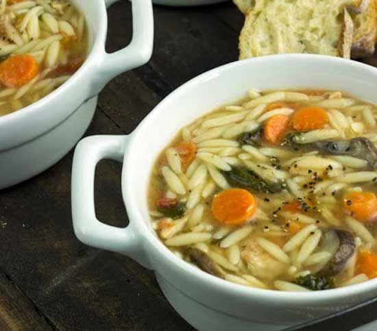 zuppa di pollo, orzo e spinaci