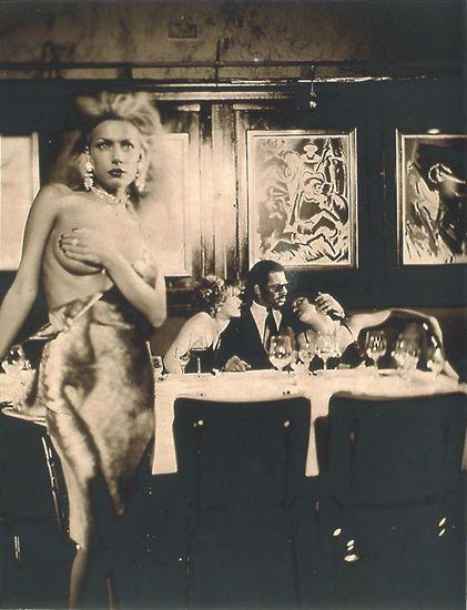 Umgeben von schönen (Model-)Frauen hält der letzte von St. Paulis alten Garden Hof im Restaurant Erich (Foto von: Esther Haase)